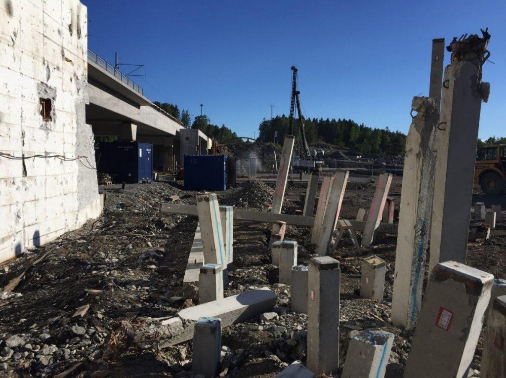 Grundläggning betongpålning till östra järnvägsbron som är en blivande tvilling till bron man ser till vänster.