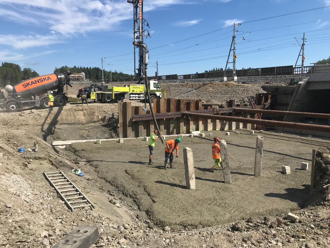 Gjutning av gångtunneln vars öppning syns till höger.